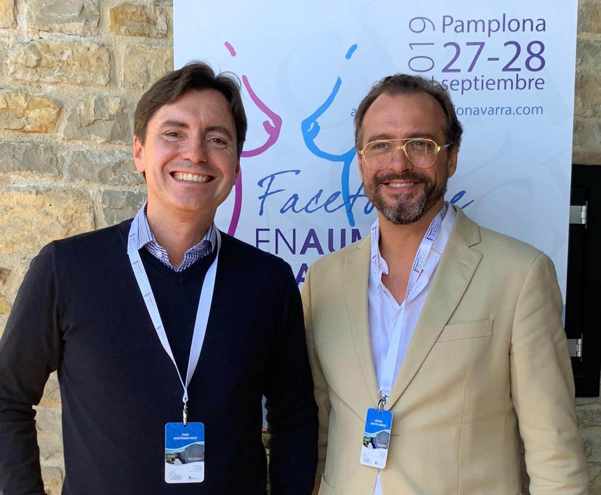 cirujanos plásticos Manuel Sancho y Juan Ayestaran en congreso sobre aumento mamario